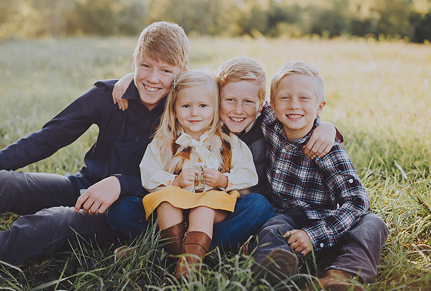 sibling photo ideas fall outfits grass