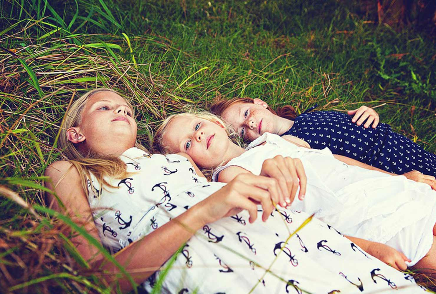 sibling photo ideas sisters in grass