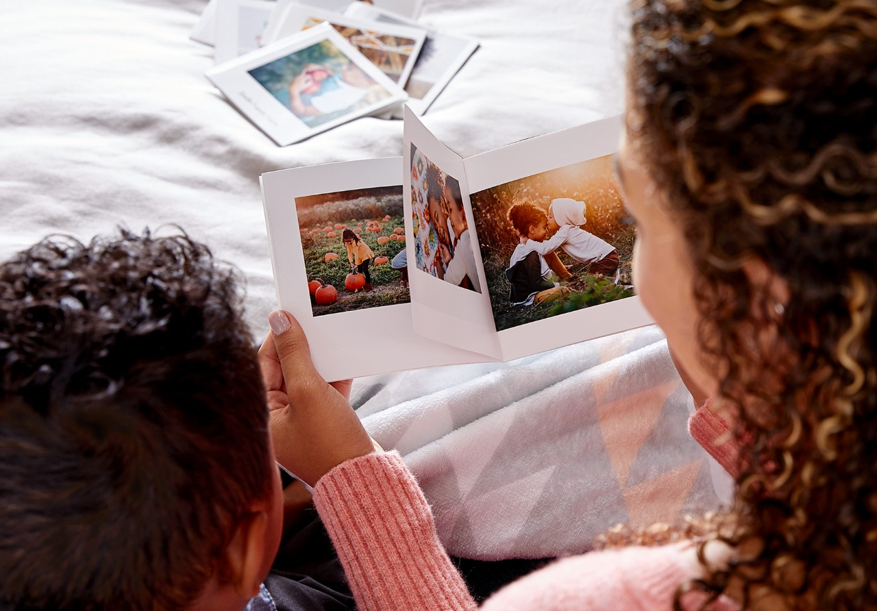 mom and child looking at a shutterfly photo book together